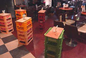 ビールケースと板で作った立ち飲み台。